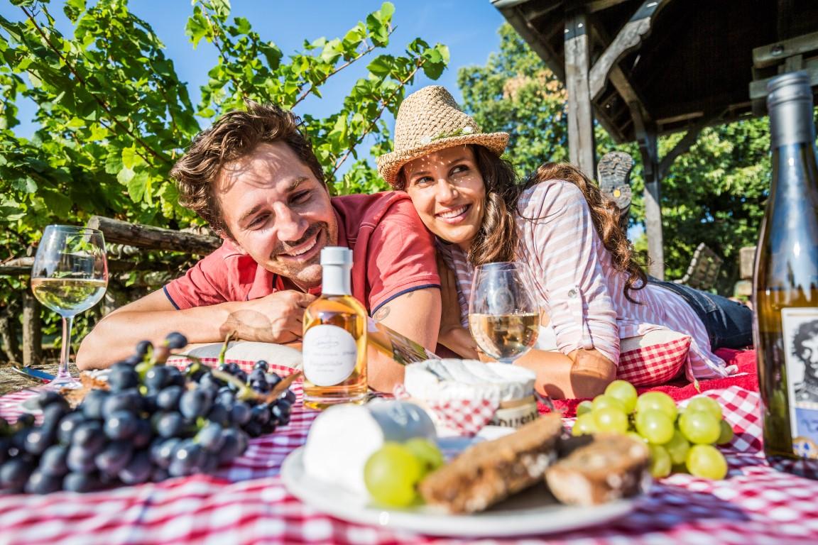 Paar mit Käse und Wein